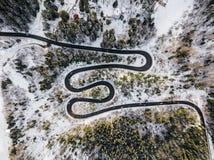 Route d'enroulement de passage de haute montagne, dans l'horaire d'hiver Vue aérienne par le bourdon Photographie stock