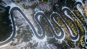 Route d'enroulement de passage de haute montagne, dans l'horaire d'hiver Vue aérienne par le bourdon Photographie stock libre de droits