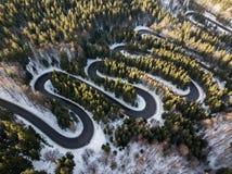 Route d'enroulement de passage de haute montagne, dans l'horaire d'hiver Vue aérienne par le bourdon Photo libre de droits