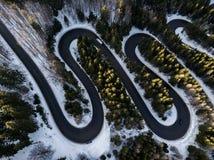 Route d'enroulement de passage de haute montagne, dans l'horaire d'hiver Vue aérienne par le bourdon Image libre de droits