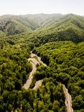 Route d'enroulement de passage de haute montagne traversant Images stock