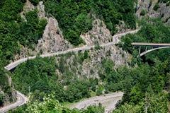 Route d'enroulement en Roumanie photographie stock libre de droits