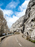 Route d'enroulement entre les montagnes rocheuses image libre de droits