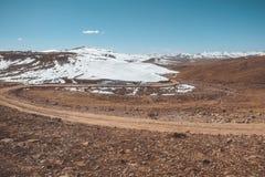 Route d'enroulement le long de gamme de montagne au parc national de Deosai, Pakistan photographie stock libre de droits