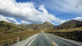 Route d'enroulement par le passage de Lindis, Otago, Nouvelle-Zélande Images libres de droits