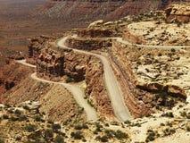 Route d'enroulement sur la formation de roche raboteuse de désert photo libre de droits