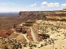 Route d'enroulement sur la formation de roche raboteuse de désert images libres de droits
