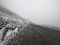 Route d'hiver dans les montagnes de la Géorgie images libres de droits