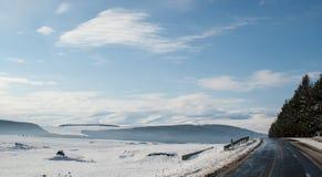 Route d'hiver dans les montagnes géorgiennes Photos libres de droits