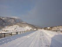 Route d'hiver, littoral de la Norvège photos stock