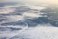 Route d'hiver sur les marais congelés de la Sibérie occidentale, vue supérieure Photo stock