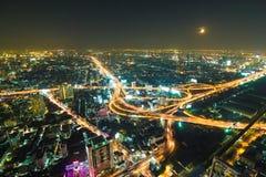 Route d'intersection d'autoroute urbaine la nuit dans la ville de Bangkok Images libres de droits