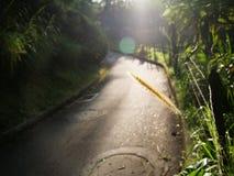 Route dans l'extérieur avec une transitoire de barrière et une réflexion du soleil pendant le matin, l'espace de copie photographie stock libre de droits