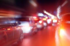 Route dans la neige d'embouteillages de nuit d'hiver Photos stock