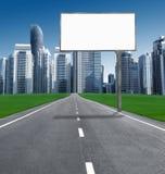 Route dans la ville avec les panneaux d'affichage établis Images stock