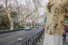 Route dans la ville de Hangzhou près du lac lakeWest Chine Xihu photographie stock