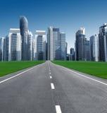 Route dans la ville des gratte-ciel Image stock
