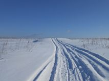 Route dans le domaine neigeux photos stock