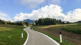 Route dans les Alpes de dolomite image stock