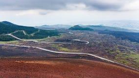 Route dans les domaines de lave durcis sur le mont Etna image libre de droits