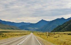 Route dans les montagnes image libre de droits