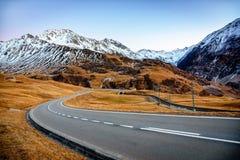 Route dans les montagnes dans les alpes suisses photographie stock