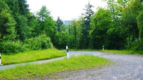 Route dans les montagnes de l'Europe images stock