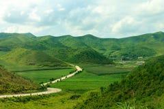 Route dans les montagnes de la Corée du Nord Images libres de droits
