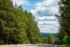 Route dans les montagnes des Monts Oural Image libre de droits