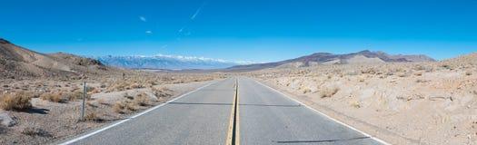Route dans un désert Photos libres de droits