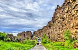Route dans une fissure entre les plaques tectoniques en parc national de Thingvellir - Islande photo libre de droits