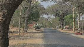 Route dans vieux Bagan banque de vidéos