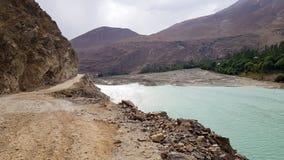 Route de balcon de gravier le long au milieu de rivière des montagnes photos stock