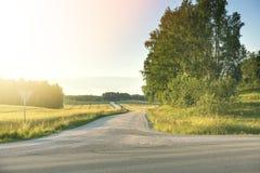Route de bobinage d'excitation par le pré vert Beau lanscape photo stock