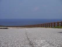 Route de bord de la mer en île de Yonaguni, Japon Photographie stock