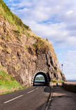 Route de côte avec le tunnel, Irlande du Nord Image stock