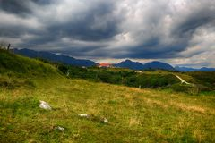 Route de campagne à une maison dans les montagnes Photo stock