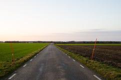 Route de campagne avec des rais de neige Photos stock