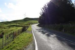 Route de campagne avec la turbine et le gisement de vent Photos stock