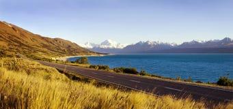 Route de campagne avec le paysage étonnant du concept de montagne de lac photo stock
