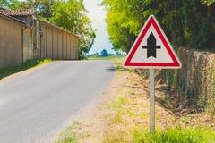 Route de campagne avec un signe de carrefours prioritaires Images libres de droits