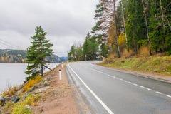 Route de campagne d'automne vers la Carélie Images stock