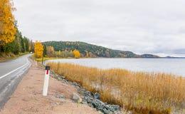 Route de campagne d'automne vers la Carélie Photos stock