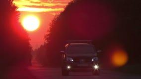 Route de campagne de coucher du soleil de laps de temps avec des ligths de voiture banque de vidéos