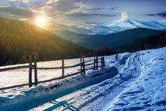 Route de campagne dedans aux montagnes d'hiver photos stock