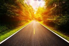 Route de campagne entre le secteur à la ville avec la tache floue de mouvement, manière de voyage du voyageur à la nature, route  Photos libres de droits