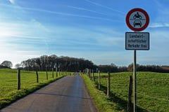 Route de campagne entre les champs de ferme Photo stock