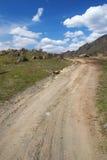 Route de campagne et ciel bleu. Photos stock