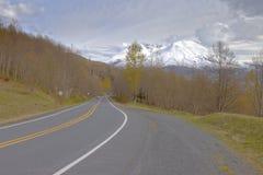 Route de campagne et Mt St Helens image stock
