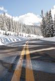 Route de campagne pendant l'hiver Photographie stock